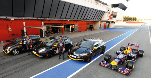 Red Bull Racing RB7 flanquée des Twingo, Clio et Mégane RS Red Bull Racing RB7