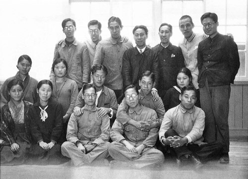 Les pionniers : le personnel du département automobile de Toyoda Automatic Loom Works en 1933